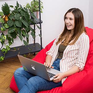 Rekruterka Karolina Kuc pracuje na laptopie w biurze agencji rekrutacyjnej IT