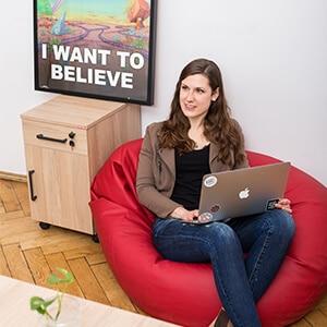 Rekruterka IT Weronika Bielecka pracuje na laptopie w biurze Humeo